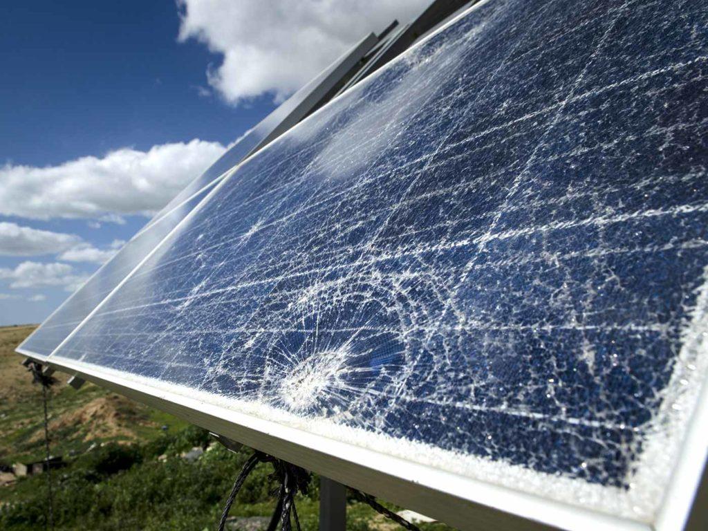 Zničený fotovoltaický panel určený k recyklaci